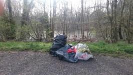 Warum trage ich zwei volle Müllsäcke an den Fluss? Damit hier eine neue Mülltonne entsteht!