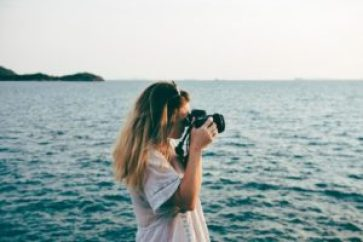 Feel confident in a relationship - girl photographer ocean