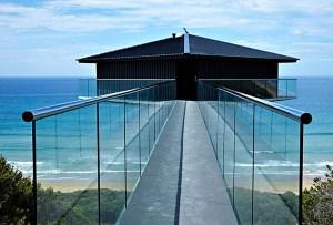 Una casa mágica que flota sobre el mar
