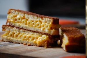 Imposible resistirse: un grilled cheese sandwich de mac & cheese