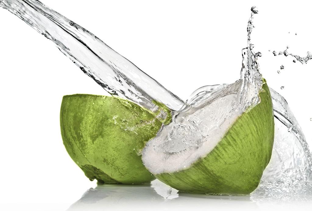 5 bebidas para mantenerte con energía todo el día - agua-de-coco-1024x694