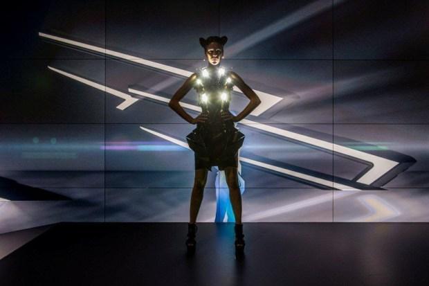 La realidad virtual de Anouk Wipprecht y Audi - LED-matrix-dress-1024x682