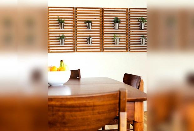 Cultiva tus propios condimentos de cocina con estas cinco ideas de decoración - en-el-comedor-hierbas-1024x694