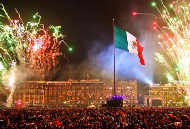 5 festejos patrios que DEBES disfrutar mínimo una vez en la vida - festejos-patrios-2015-donde-celebrar-el-grito-zocalo-df-1024x694