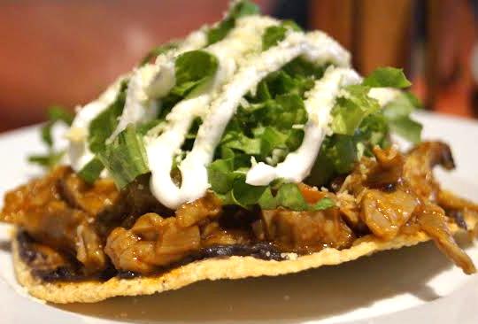 Disfruta los sabores de México en Mercado Roma - tostada-en-platos-de-cuchara