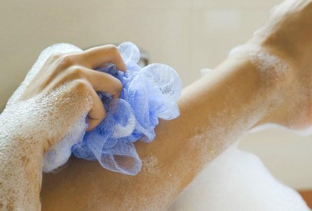 5 errores de belleza que cometes al bañarte y no lo sabías - esponja-al-banarte-1024x694