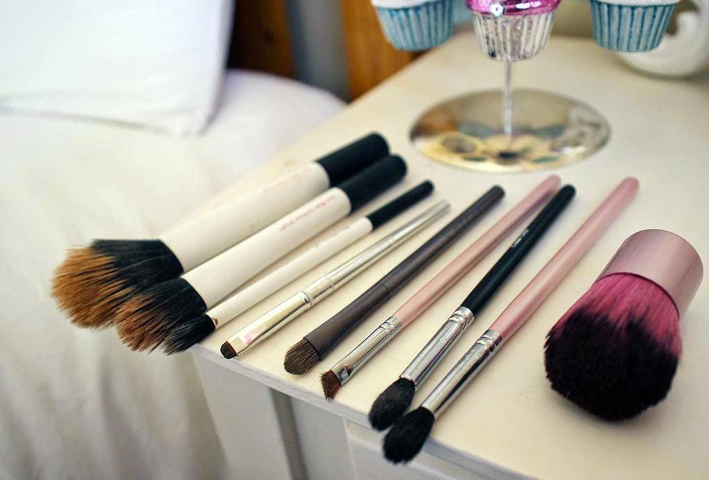 Cómo y cada cuánto debes limpiar tus brochas de maquillaje - brochas-lavar-cuidados-2-1024x694