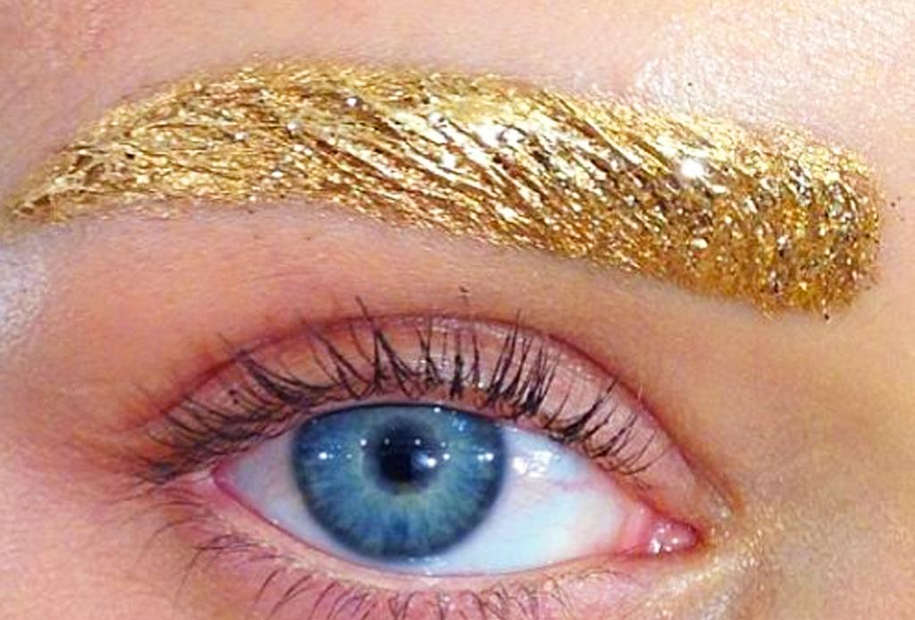 ¿Cejas con glitter? Lo nuevo en maquillaje