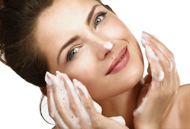5 pasos para deshacerte del acné y la grasa para siempre - lavar-rostro-1024x694