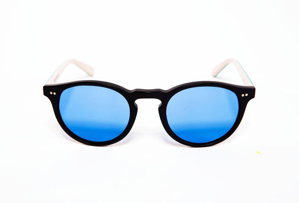 0d9db3367f Son perfectos para usarlos diario. Son lentes de acetato redondas estilo  antiguo, color negro mate y patillas rojas o azules.