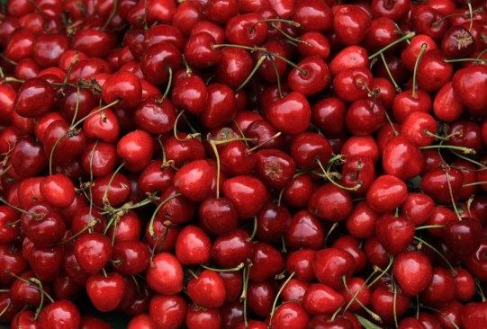Estas son las frutas con más azúcar que debes evitar comer en exceso - cerezas-300x203