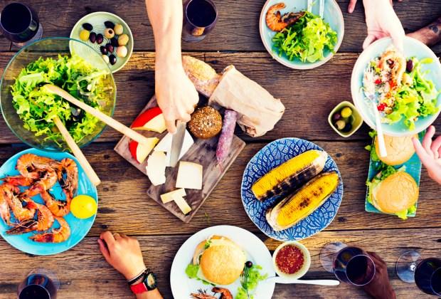 Esta es la manera correcta de regresar comida en un restaurante - comida-de-verano-flat-lay-1024x694