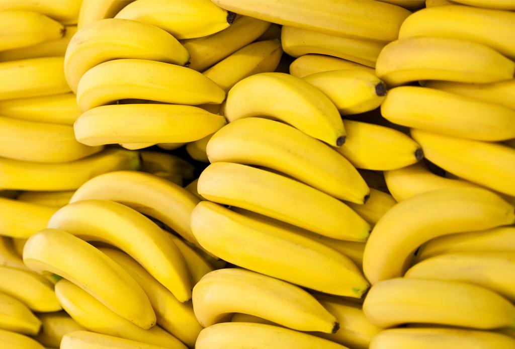 Si te gusta compartir comida con tu perrito, estas 10 frutas son ideales para hacerlo - platano-1024x694