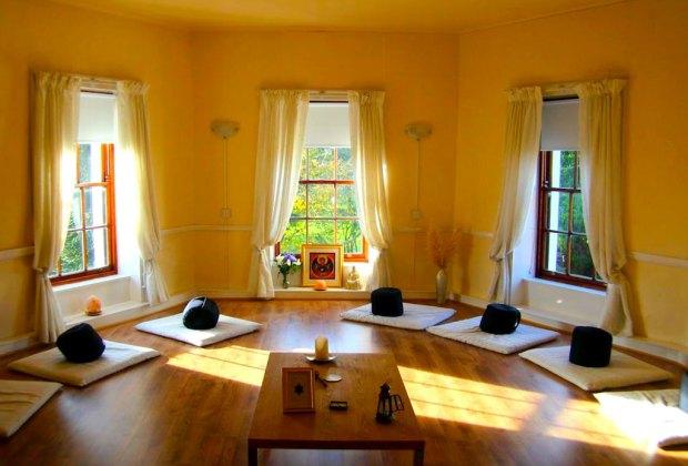 7 pasos para crear un espacio de meditaci n en tu hogar - Velas para decorar habitacion ...