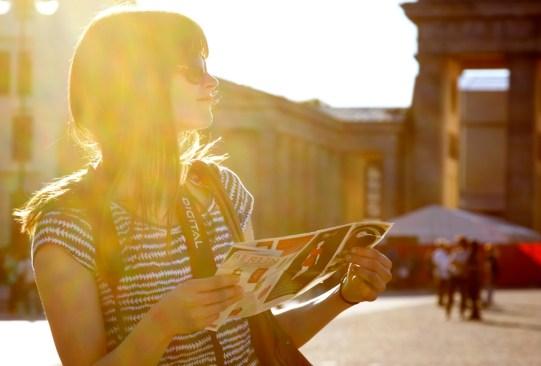 Conoce tus mejores compañeros de viaje según tu signo zodiacal - mujer-viaje-300x203