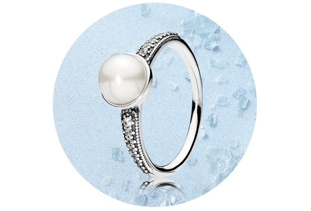 5 piezas clásicas de joyería que toda mujer debería recibir - pandora-anillo-perla-1024x694