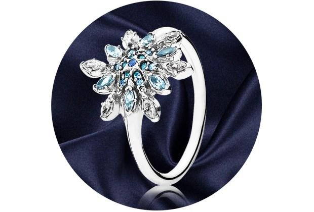 5 anillos ideales para regalar a quienes aman la joyería - pandora-crystalized-snowflake-ring-1024x694