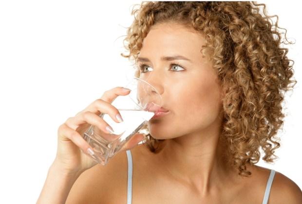 7 tips para siempre estar hidratado - tomar-agua-1024x694