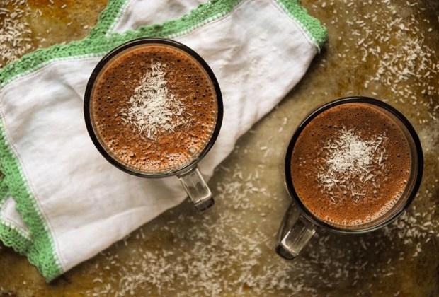 Prepara un hot chocolate libre de culpas, lácteos y azúcar - receta-chocolate-caliente-1024x694