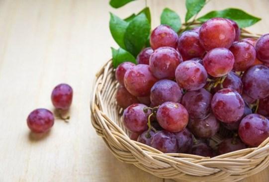 Estas son las frutas con más azúcar que debes evitar comer en exceso - dientes-blancos-uvas-300x203