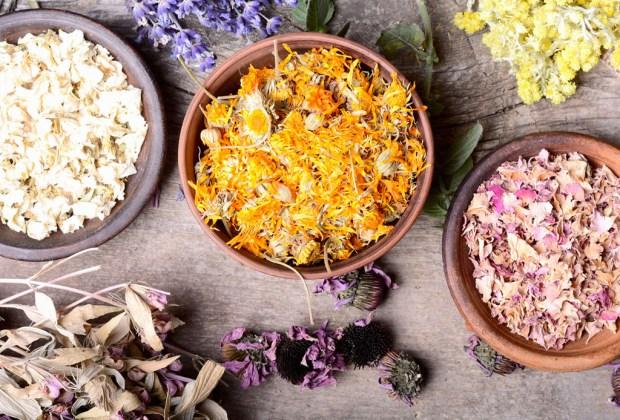 ¡Adiós bath bombs! Utiliza ingredientes naturales y té en la tina - banera-herbal-1024x694