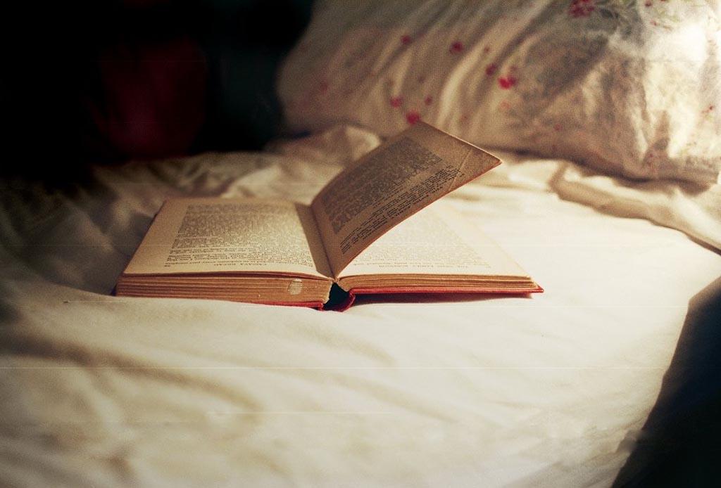 Con el tiempo que pasas en redes sociales podrías leer 200 libros al año - dormir-leer-1024x694
