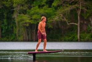 Con esta tabla se surf puedes «volar» en el agua