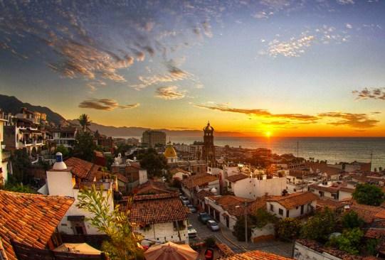Destinos en México para escaparte con tus mejores amigas - puerto-vallarta-300x203