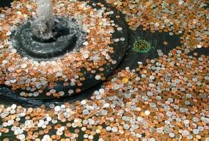 ¿Sabes qué le pasa a las monedas que lanzas a una fuente?