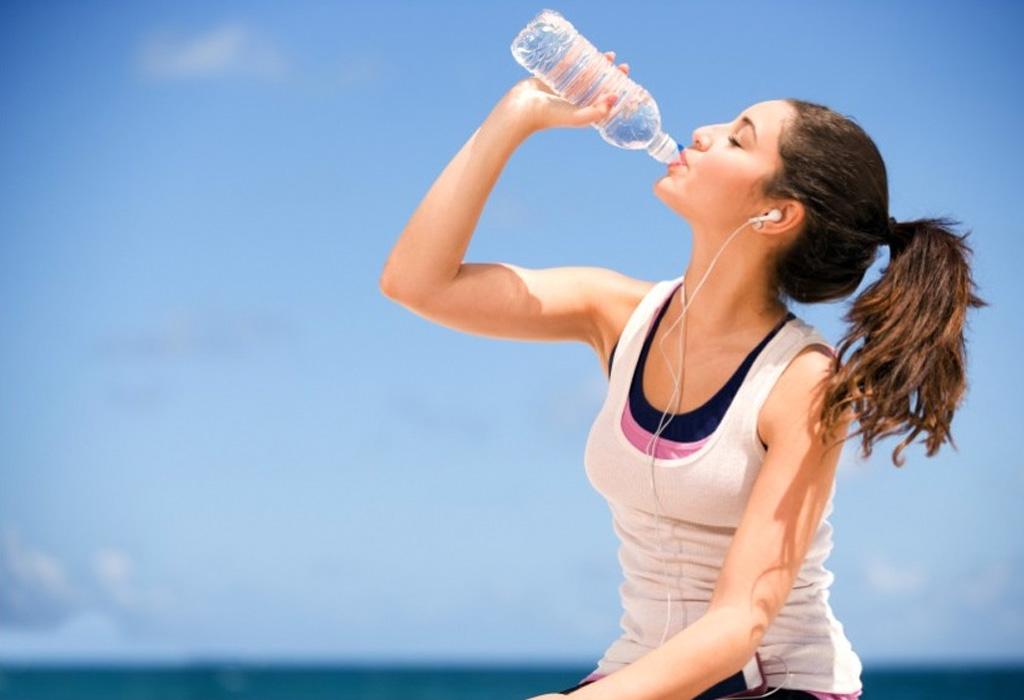 ¿Cómo alargar la vida de tu bronceado? - tomando-agua