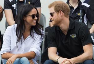 El príncipe Harry rompe el protocolo real durante su primera aparición con Meghan Markle, ¿por?