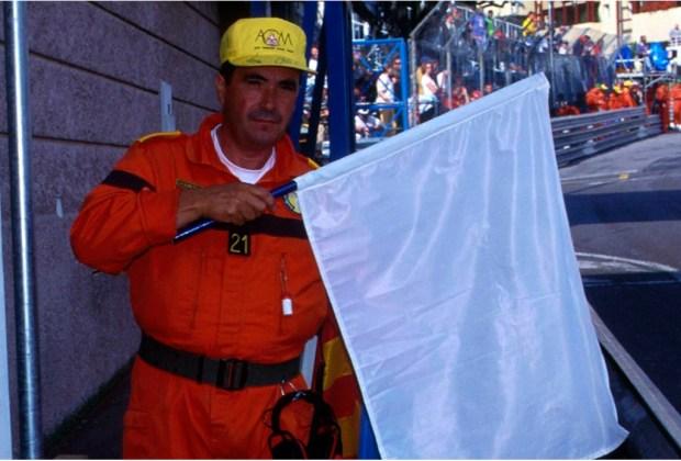 ¿Quieres ser un experto en la F1? Te decimos lo que significan las banderas que usan durante la carrera - naranja-1024x694