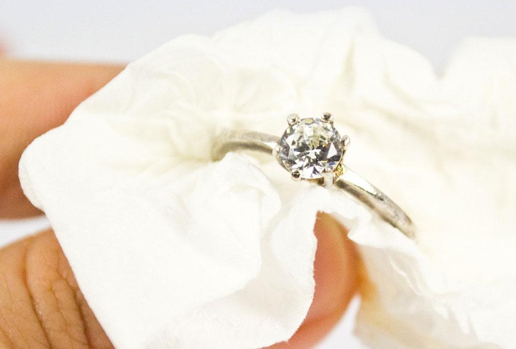 ¿Te comprometiste? Estos son los cuidados que debes darle a tu anillo - anillo-compromiso-cuidados-3