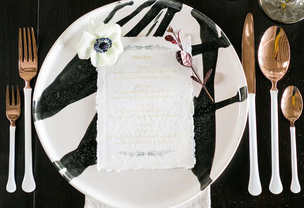 Trend alert: diferentes formas de usar detalles negros en la decoración de tu boda