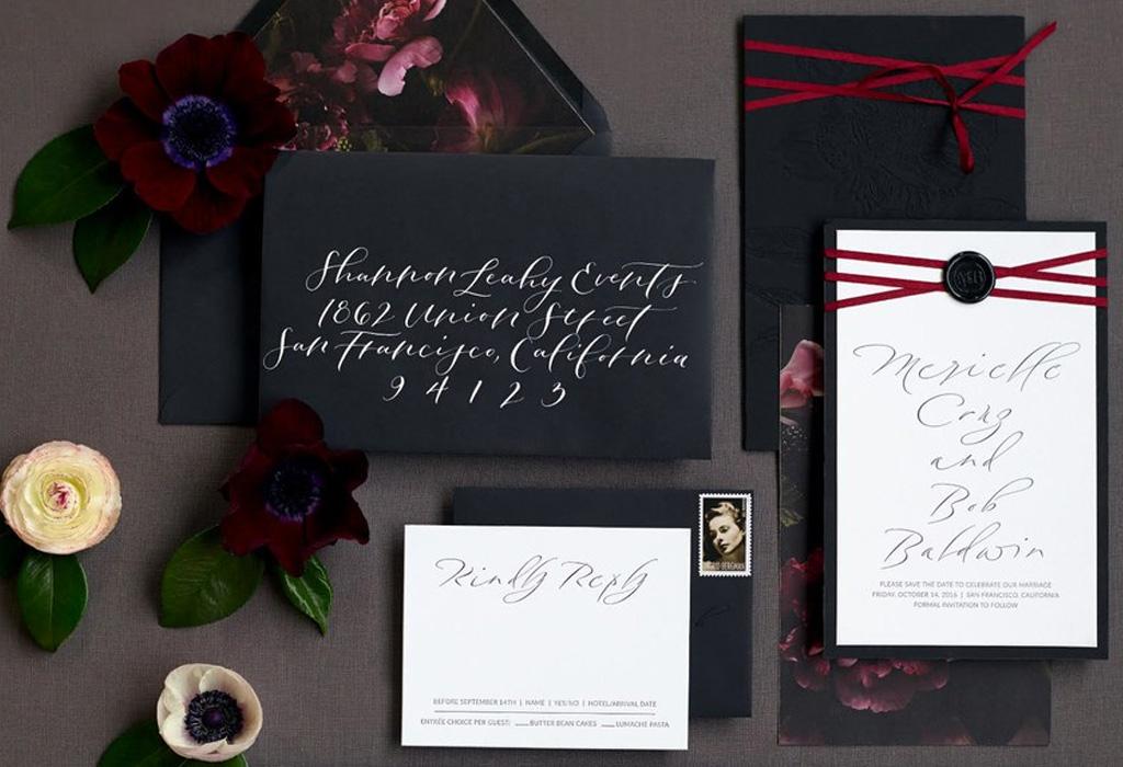 Trend alert: diferentes formas de usar detalles negros en la decoración de tu boda - invitaciones