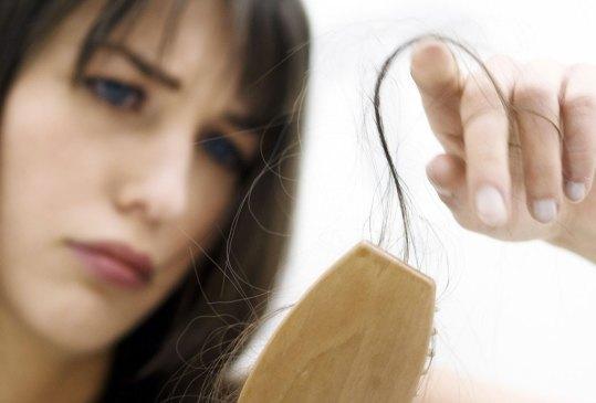 Estas son las posibles razones de la caída de tu pelo, ¿las conocías? - perder-pelo-300x203