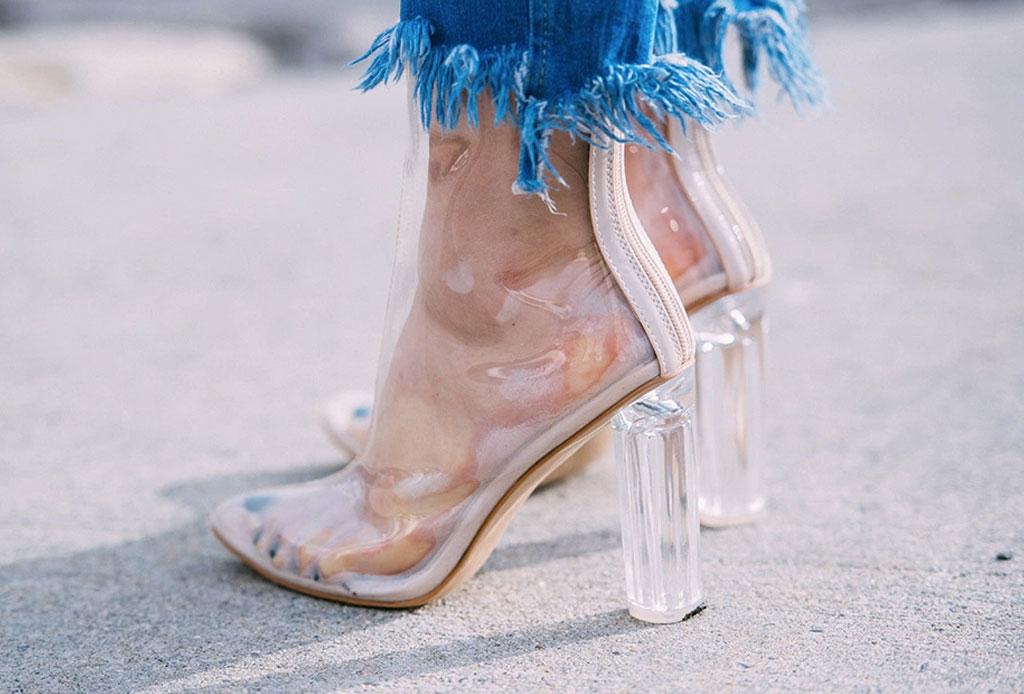 ¡Considera estos detalles antes de usar unos zapatos de plástico transparentes!