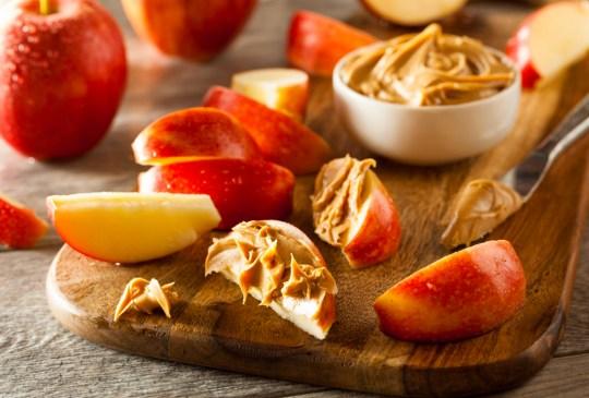 ¡Recupera tu energía después de ejercitarte con estos snacks! - applepeanutbutter-300x203