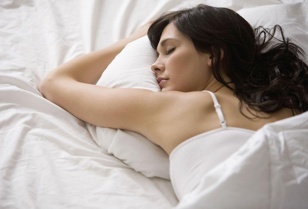 ¡Dormir de lado o boca abajo puede causar arrugas en tu rostro!