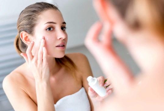Con estos tips, tu base de maquillaje se verá tan natural como tu propia piel - tips-maquillaje-natural-2-300x203