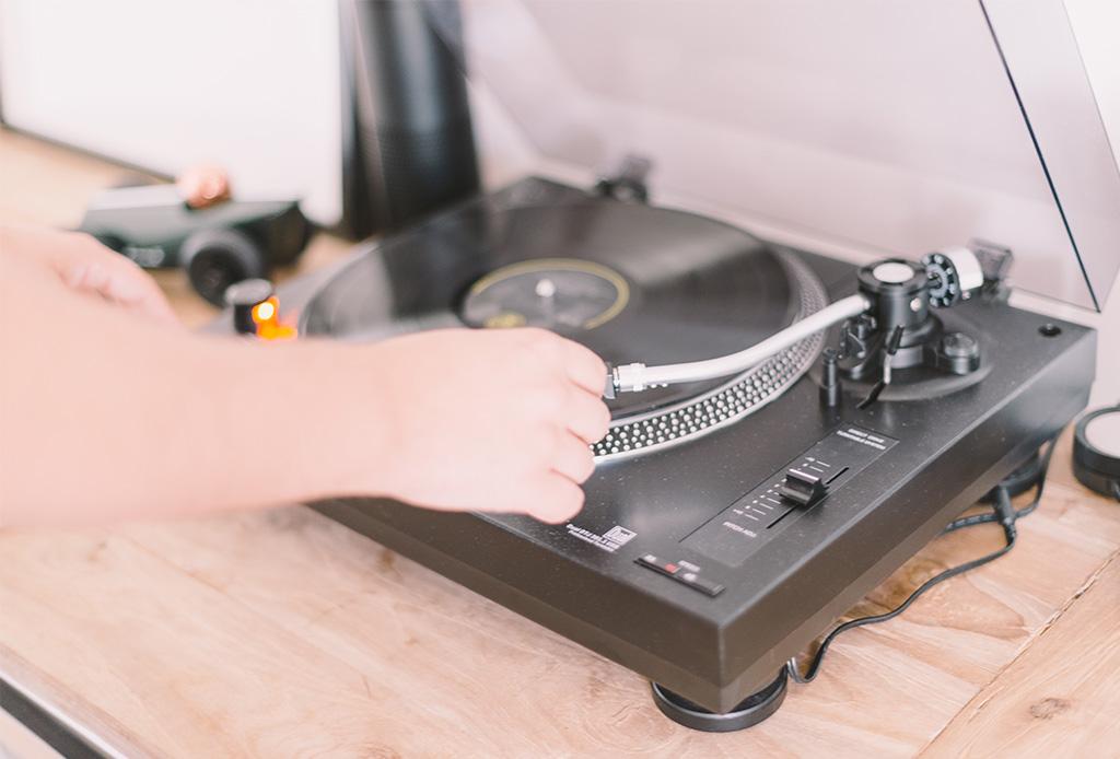 5 mesas tocadiscos que debes tener si eres amante de los viniles