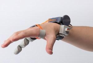 Este dedo robot extra en tu mano te ayudará a mejorar tu habilidades