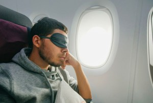 7 gadgets para dormir sin interrupciones cuando viajes en avión