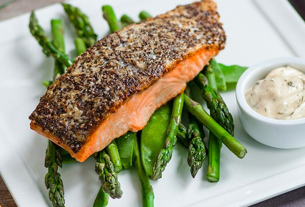 Alimentos que pueden ayudarte a lograr un sueño más profundo (gracias al GABA) - salmon-crujiente-1024x694