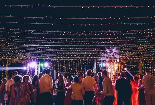 La tendencia en decoración para el día de tu boda: ¡techos y paredes de luces! - tendencias-decoracion-boda-luces-led-navidenas-1-300x203