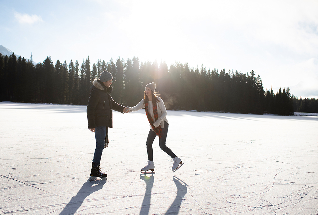 4 razones por las que TIENES que visitar Lake Louise en invierno - lake-louise-skating