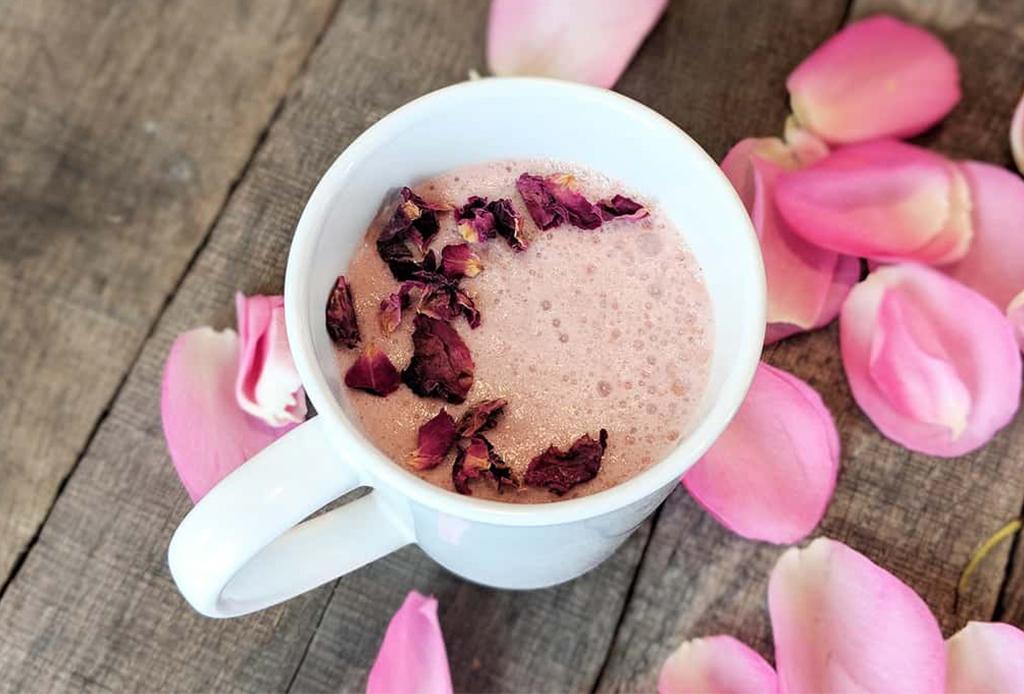 ¡Libérate del estrés! Tenemos la receta de la moon milk rosa