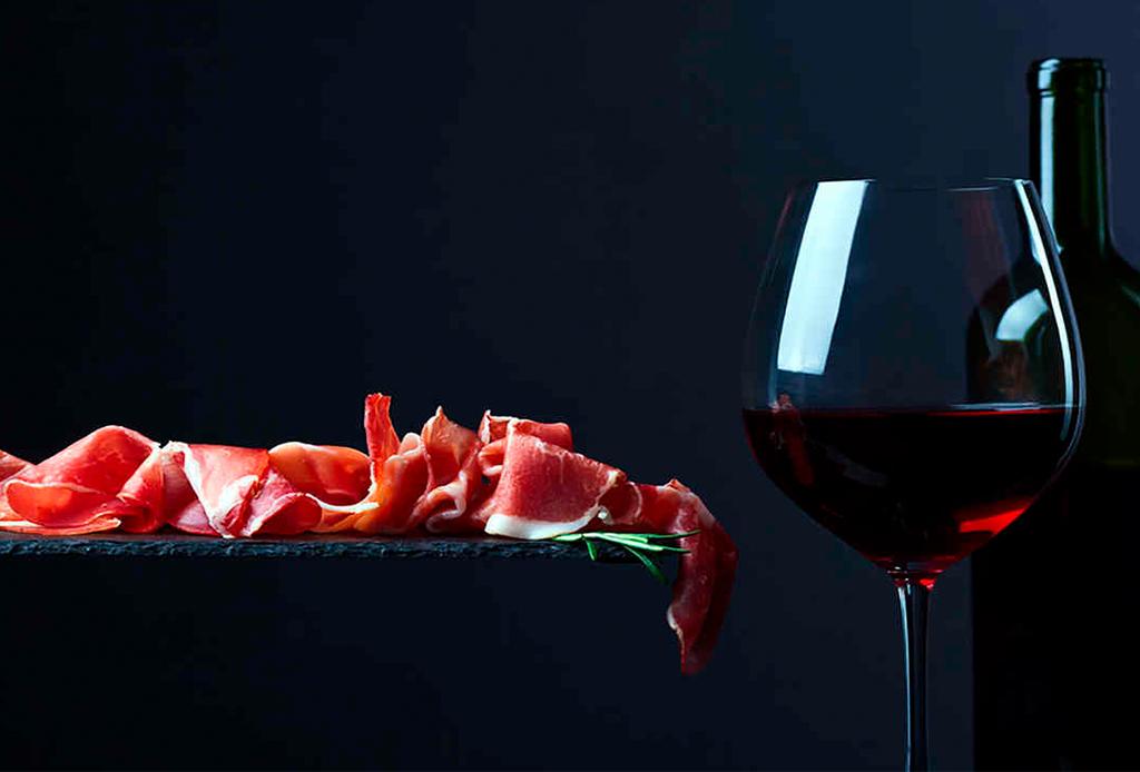 Marida tu vino tinto favorito con nuestra playlist para esa noche especial