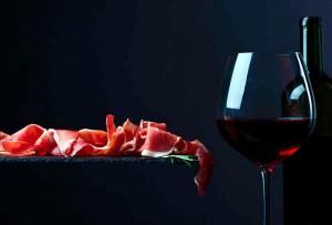Marida tu vino tinto favorito con nuestra playlist