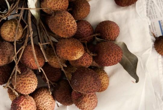 Estas son las frutas con más azúcar que debes evitar comer en exceso - lychees-frutas-con-mas-azucar-300x203